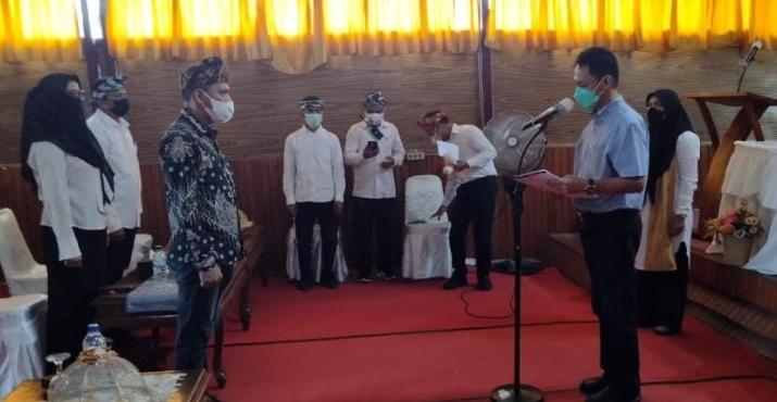 Bupati Wakatobi, Haliana mengukuhkan pengurus KAOPI periode 2021-2026.