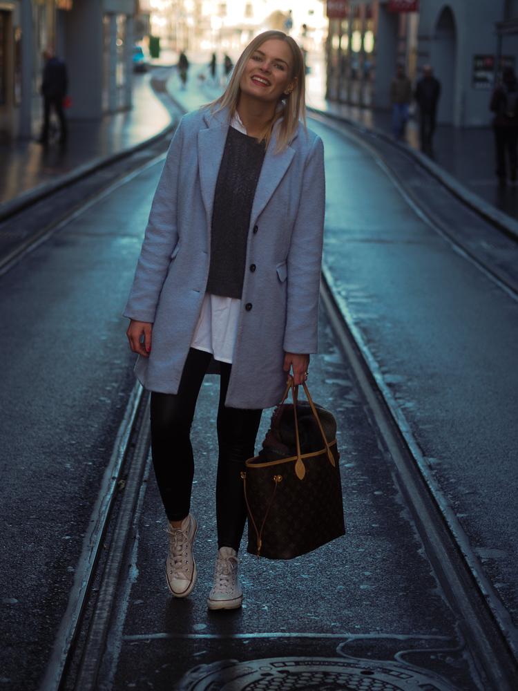 Lakatyfox Fashion fashionblog modeblog style hellblauer mantel converse lederhose streetstyle neverfull