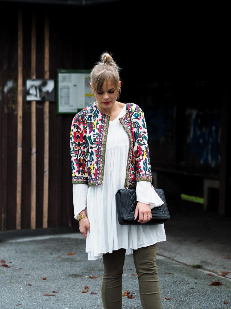 weißes Kleid, streetlook, herbstrend, olive, blond, fashionblogger, herbstfarben, streetstyle, outfit, fashion, modeblog, trend, lakatyfox-