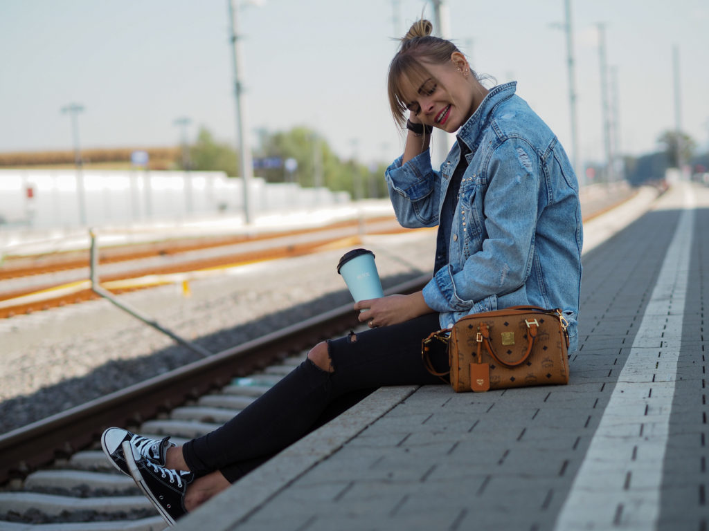 Jeansjacke, Blackinblack, MCM Tasche, Blond, gemütlicher Sonntagslook, streetstyle, fashion, fashionblogger, converse, kaffee, jeansjacken