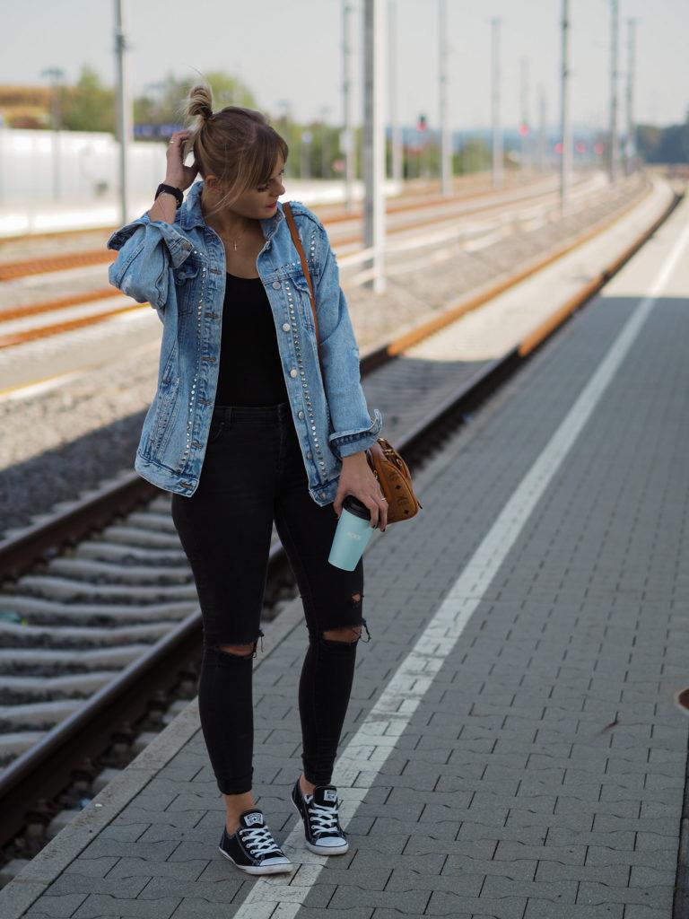 Jeansjacke, Blackinblack, MCM Tasche, Blond, gemütlicher Sonntagslook, streetstyle, fashion, fashionblogger, converse, kaffee