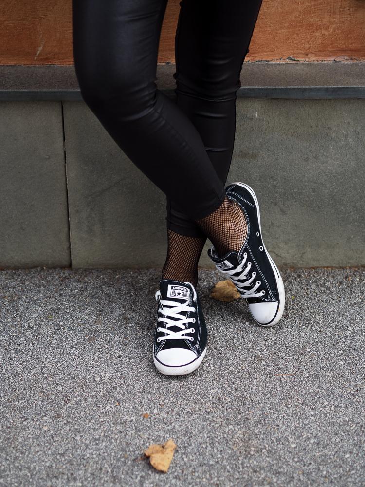 Lederleggins, allinblack, schwarzer Pullover, Streetstyle, Herbstlook, fashionblog, converse, lakatyfox