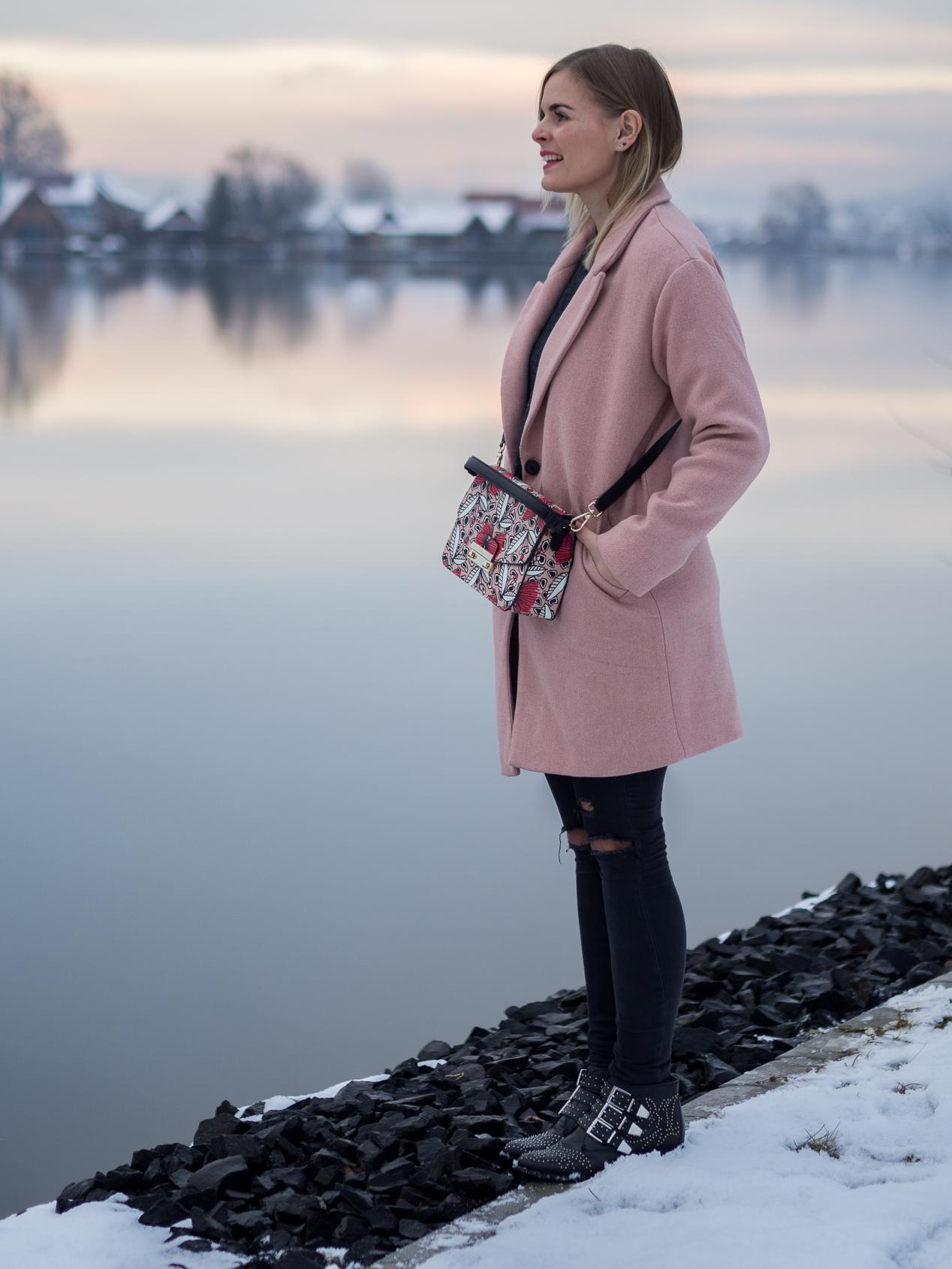 Rosa Mantel, Wintermantel, Furla Tasche, Schwarze Hose, Boots,