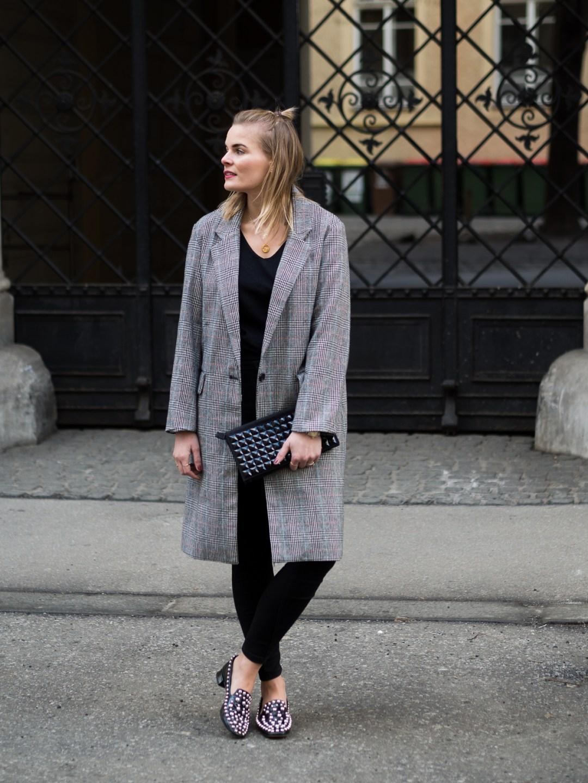 Mantel, grau, Schwarze Hose, Nietenschuhe, Schwarzer Pullover, day to night look