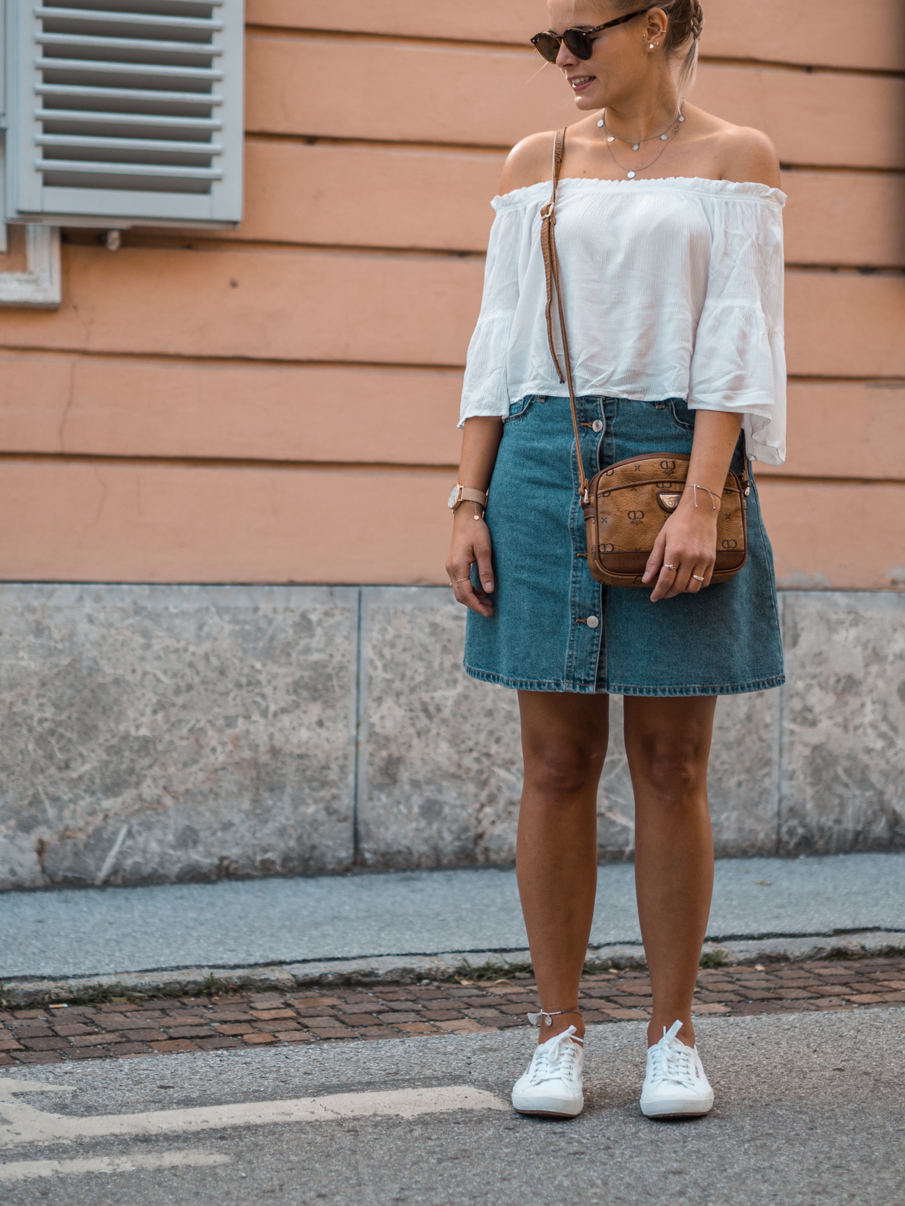 Jeansrock kombinieren, Off Shoulder Bluse kombinieren, Superga kombinieren, weiße Sneaker kombinieren, Sommerbasics, Basics, Sommerlook, Outfit, Fashion, Sommeroutfit
