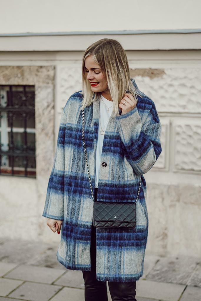 Blau gemusterter Mantel, Wollmantel, Lederleggins komibinieren, weiße Sneaker kombinieren, Winteroutfit
