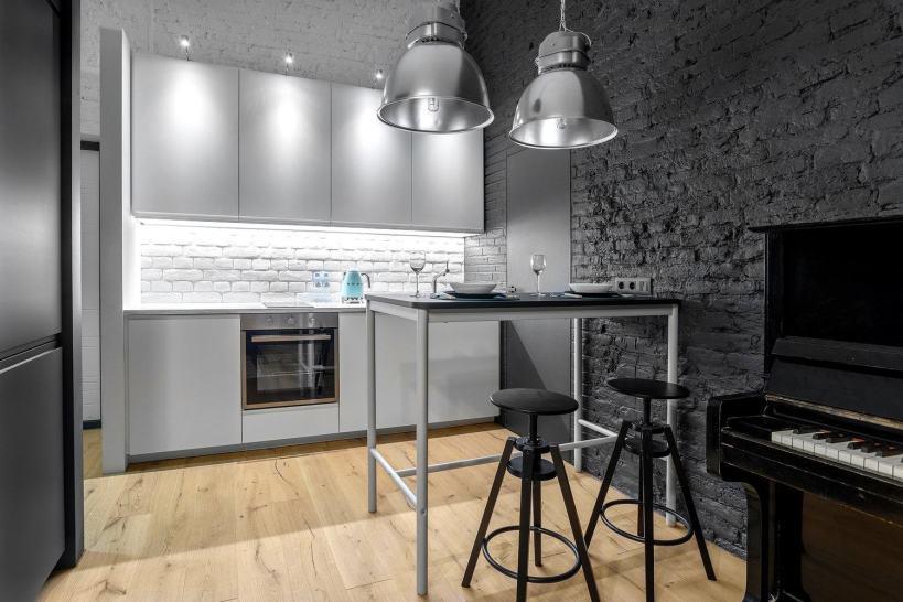 Белые и серые крашеные кирпичные стены, новая, современная мебель с мебелью ИКЕА 43м2