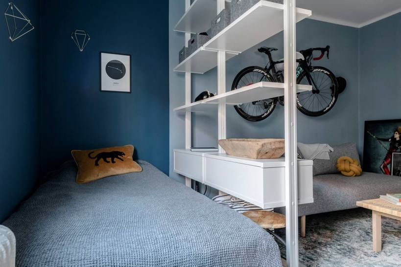 Разделение с цветными тонами и книжной полкой - небольшая квартира с элементами характера и просторной кухней