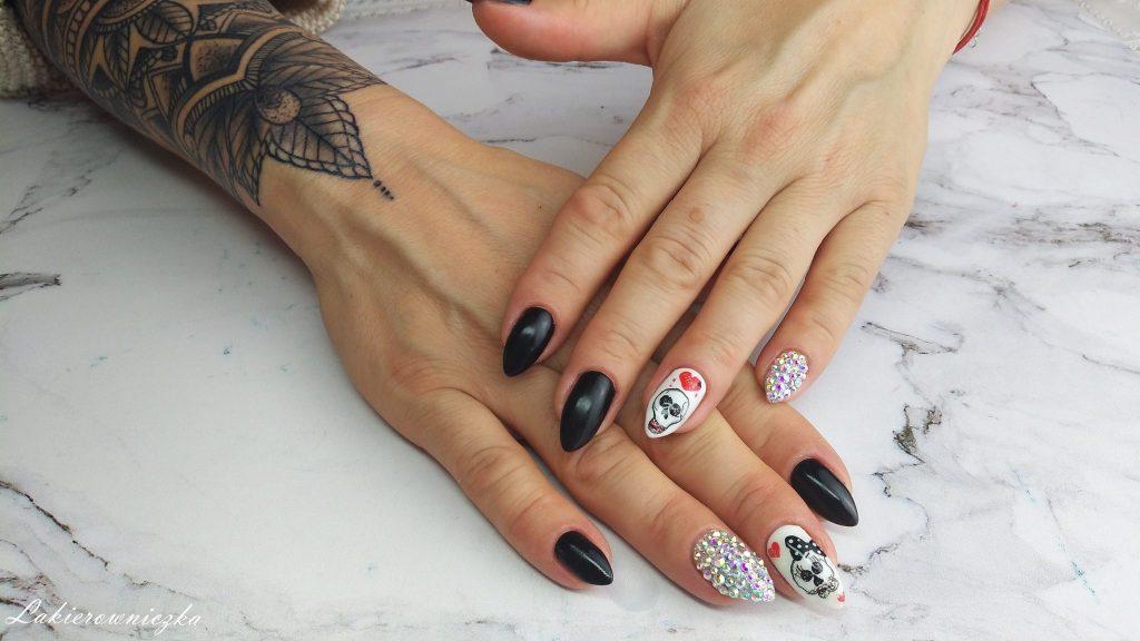 hybrydy-paznokcie-hybrydowe-z czaszka-na-halloween-czaszki-na-paznokciach-Lakierowniczka-Provocater-01-white-64-black-32-Provocater-red-cyrkonie-Swarovskiego-recznie-malowane-zdobienie-czaszki na paznokciach
