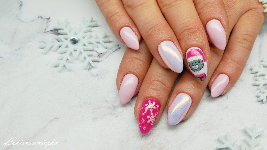 hybrydowy-zimowy-mis-Dolce-Vita-Nails-157-Sweet-kiss-snieg-ialy-blysk-shiny-efekt-syrenki-recznie-malowane-zdobienie-Lakierowniczka-hybrydowy zimowy miś