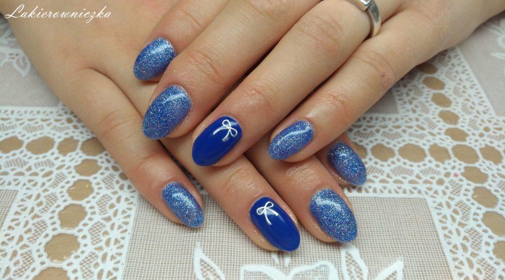 niebieska-brokatowa-hybryda-Rossalind-srebrne-kokardki-naklejki-paznokcie-hybrydowe-Lakierowniczka