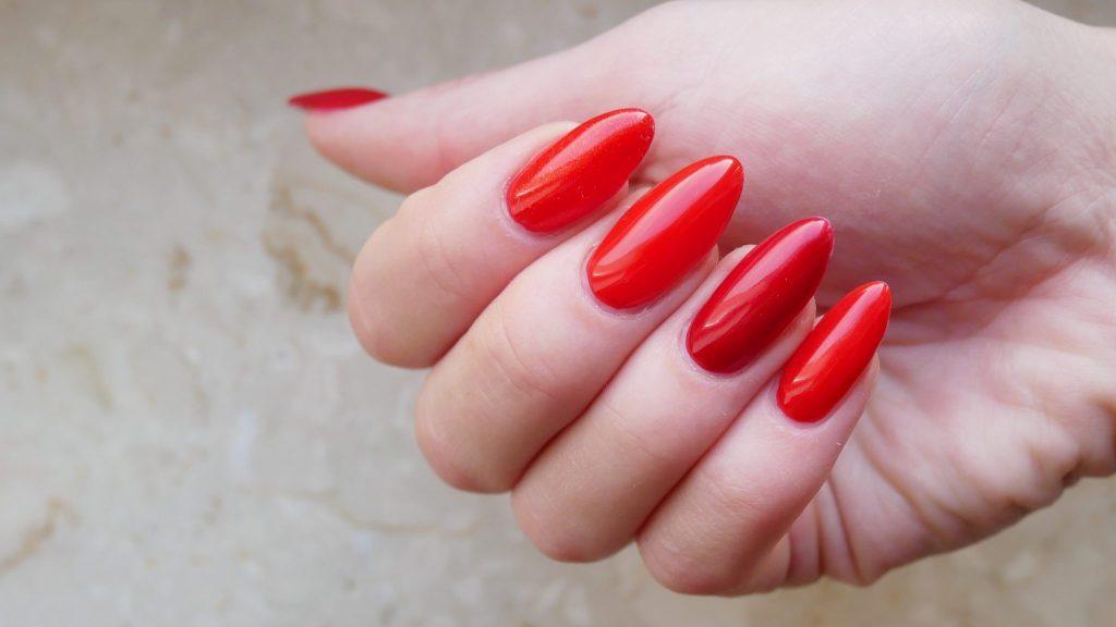 czerwone-hybrydy-Neess-ready-for-red-7424-brokatowy-sekred-7425-milosny-posrednik-7426-czerwony-to-red-7427-red-metal-7428-sexi-redaktorka-Lakierowniczka-czerwone paznokcie