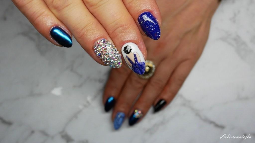 niebieska-kobieta-stojaca-tylem-na-paznokciach-hybrydowych-wishlist-fashionmia-lakierowniczka-kocie-oko-cateye-hybrid-Provocater-103-niebieska kobieta tyłem