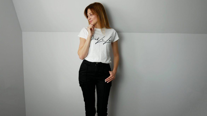 femme-luxefinery-carmel-pink-sport-black-trousers-whihe-shirt-nowości-ubraniowe-czerwiec