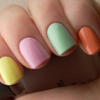 Как правильно сочетать цвета в двухцветном или многоцветном маникюре.