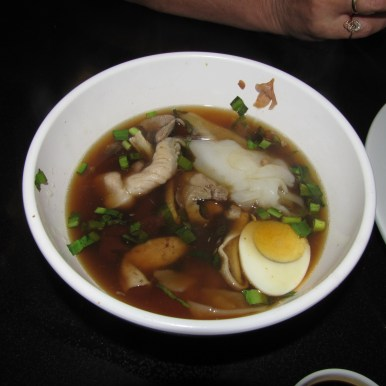 Тайский суп с субпродуктами и яйцом