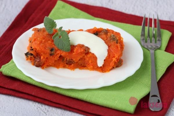 Морковная запеканка с сухофруктами