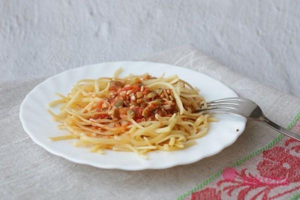 Паста с тыквенными семечками и томатным соусом