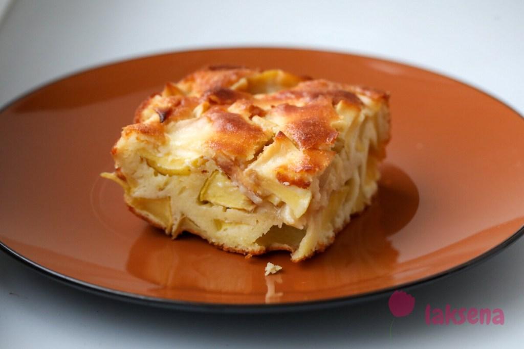 Простой яблочный пирог на сметане
