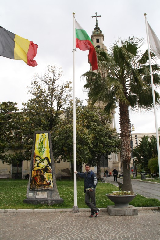 Adrián y su bandera
