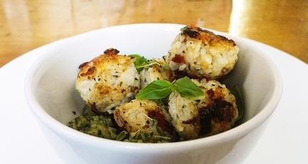 Vegane Reisbällchen mit Zucchini-Dip