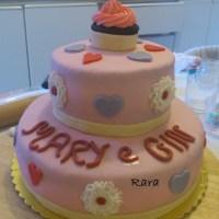 Torta a due piani e cupcakes con fiori e cuori per Mary e Gin