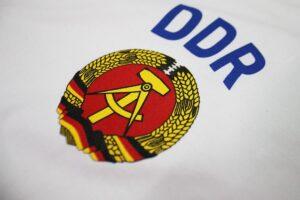 Casmiseta DDR RDA blanca escudo
