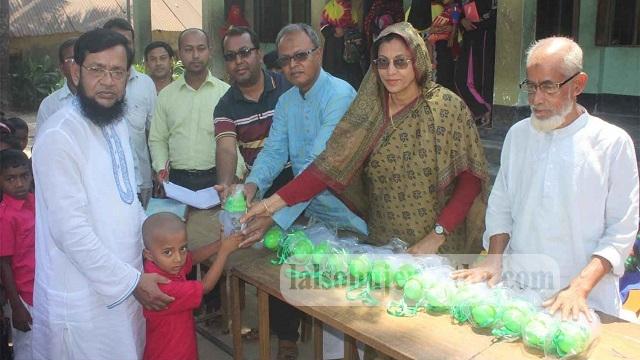 কেশবপুরে সাংসদ ইসমাত আরা সাদেকের পক্ষে শিশু কল্যাণ প্রাথমিক বিদ্যালয়ের শিক্ষার্থীদের মাঝে পানির পট বিতরণ