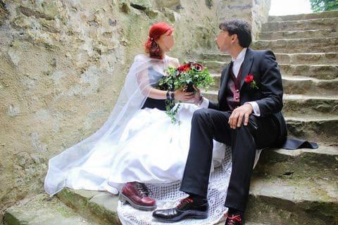 Robe de mariée corset médieval skull noirs jupe plissee satin duchesse blanc