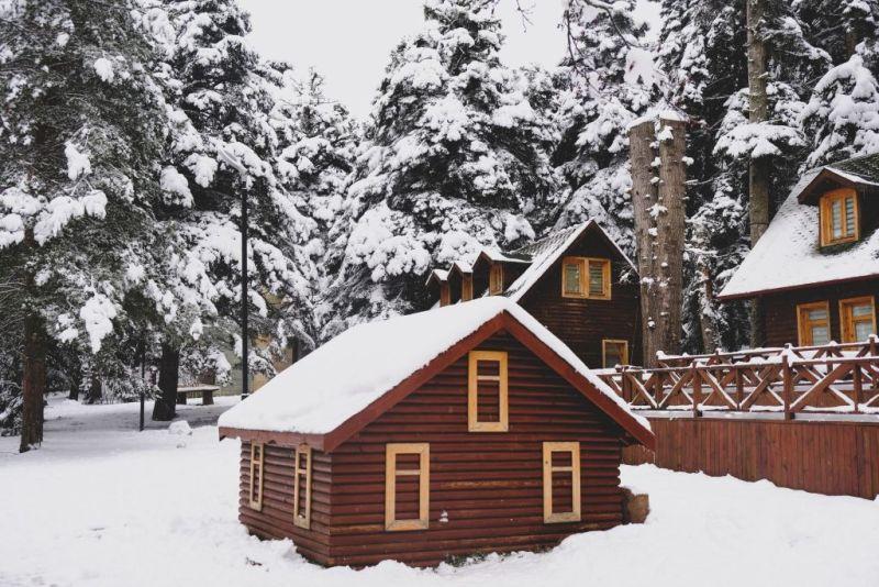 maison en bois sous neige