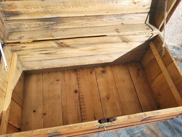 Grande malle bombée restaurée, rare double serrure superposée. Vue de l'intérieur avec les écritures anciennes. Corse. La Malle au Coton