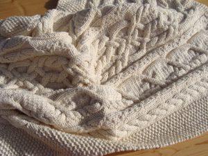 Couverture bébé tricot irlandais, fait main, 100% coton bio naturel. Pièce unique, un peu épaisse, création originale La Malle au Coton.