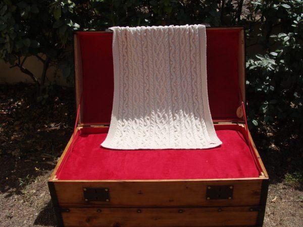 Malle ancienne. Couverture lit bébé 100% coton bio tricoté main. Pièce unique, création originale La Malle au Coton