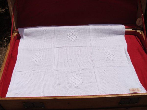 Couverture couffin pour bébé 100% coton tricoté main motif nœud éternel. J3