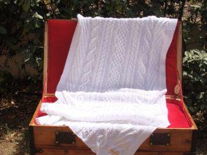 Malle ancienne corse La Malle au Coton. Etole 100% coton mercerisé, tricot irlandais fait main. Pièce unique, création originale La Malle au Coton. O6