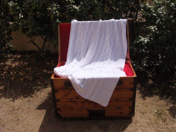 Malle corse restaurée. Plaid tricoté main 100% coton passé à la flamme. Pièce unique, création originale La Malle au Coton.