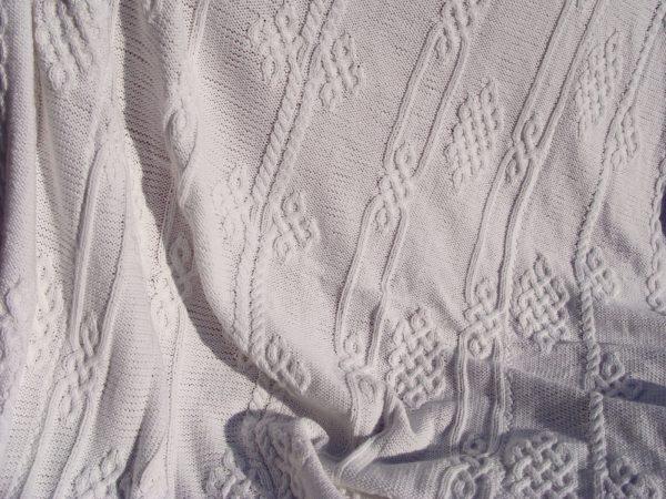 Plaid aux motifs viking, 100% coton, blanc, tricoté main. Pièce unique. La Malle au Coton. U3