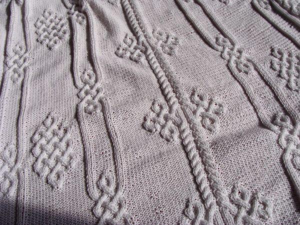 Plaid aux motifs viking, 100% coton, blanc, tricoté main. Pièce unique. La Malle au Coton. U4