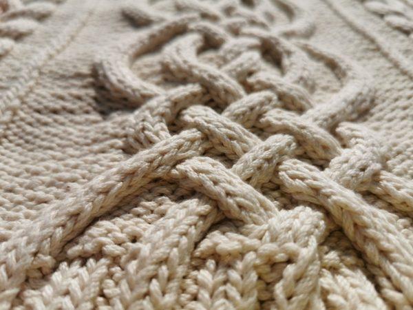 Pull irlandais tricoté à la main en coton bio. Gros plan sur la torsade centrale. Création original du motif: La Malle au Coton