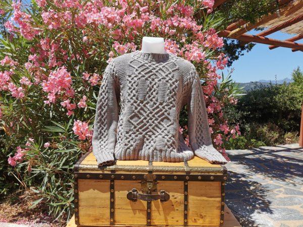 Pull d'Aran en coton bio argile sur mannequin et malle ancienne en bois