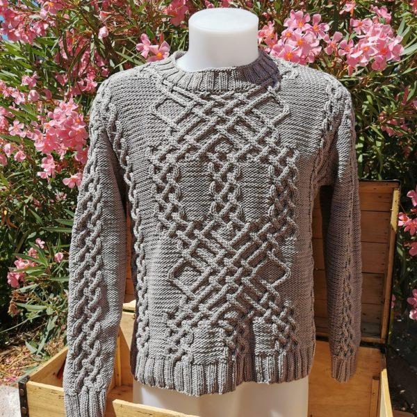 Pull d'Aran en coton bio argile sur mannequin homme taille L