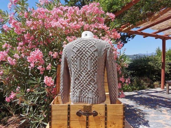 Pull d'Aran en coton bio argile sur mannequin homme - vue de dos