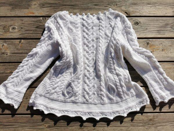 Pull irlandais blanc tricoté à la main vu de dos