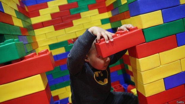 Dos niños de Tomelloso construyen un muro de Lego alrededor de un alumno de México