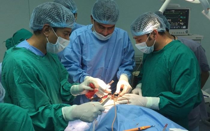 Ingresado en el hospital de Villarrobledo después que quitarse la máscara de cartón que se había pegado a la cara con loctite