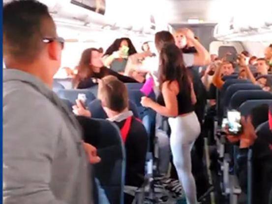 Un señor de Cuenca arranca todos los chalecos amarillos de un avión al creer que eran lazos de catalanes