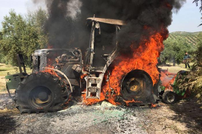 Un tractorista quema su tractor amarillo recién comparado cuando descubre que tiene que abonar una tasa a la SGAE