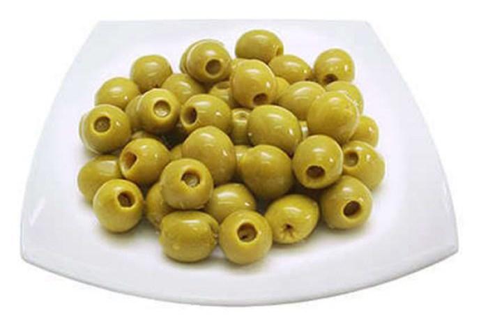 Un agricultor de Socuéllamos aparea su olivo con una anchoa para obtener aceitunas con sabor a anchoa.