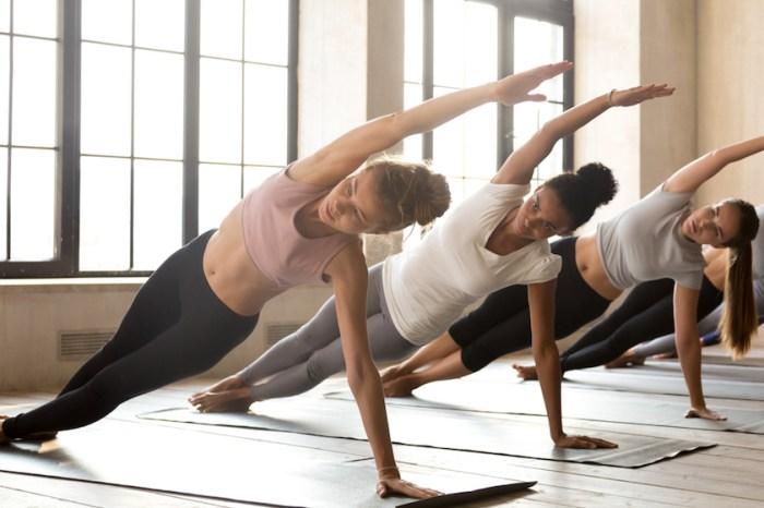 Una desgranadora de ajos se apunta a yoga para controlarse y no dar una hostia a sus compañeras envidiosas.