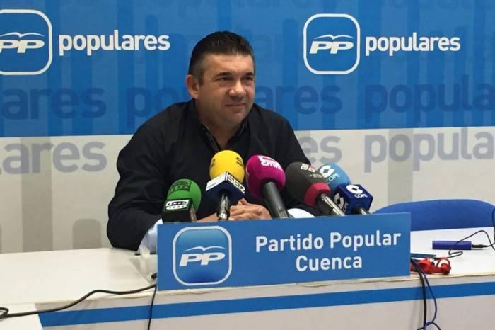 """El alcalde de Villar de Cañas ofrece una rueda de prensa con una lagartija muerta diciendo que """"ya han matado al bicho"""""""